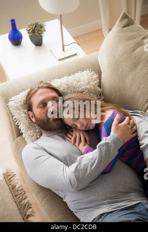 Vater und Tochter auf Schlafcouch - Stockfoto