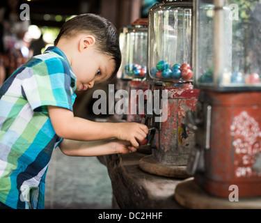Serie von Fotos von einem 2 Jahre alten gemischt Rennen asiatischen kaukasischen Kind begeistert immer eine Spielzeug - Stockfoto