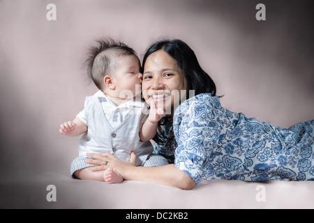 Ein Bild aus einer Serie von 3 Fotos von eine wunderschöne 5 Monate altes Mischrasse asiatischen kaukasischen baby - Stockfoto