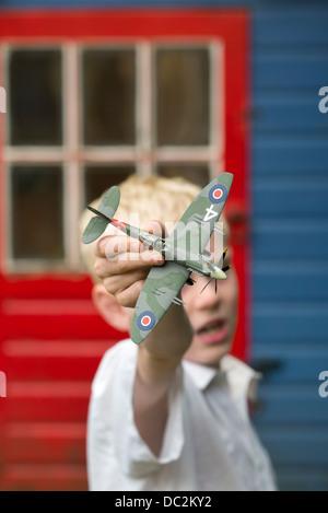 Jungen spielen mit Spitfire Modellflugzeug - Stockfoto