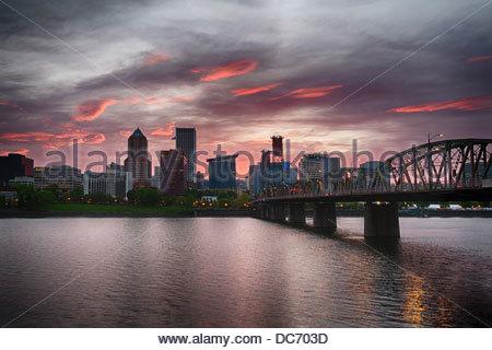 USA, Oregon, Portland, Skyline der Stadt in der Abenddämmerung - Stockfoto