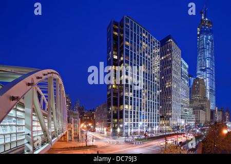 New York City, USA Finanzviertel Stadtbild bei Nacht einschließlich Wahrzeichen Bürogebäude. - Stockfoto