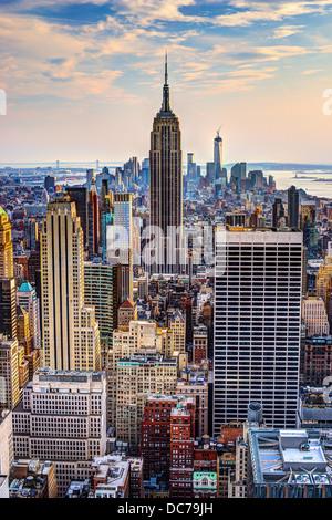 Skyline von Midtown New York City, USA in der Abenddämmerung.