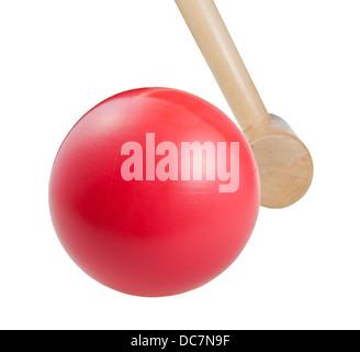 roten Krocketball und Holzhammer schließen isoliert auf weißem Hintergrund - Stockfoto