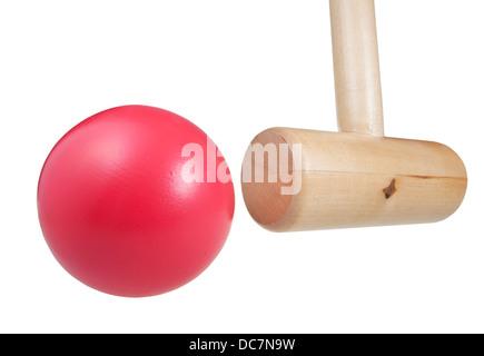 Krocketball Hammer Hits hautnah isoliert auf weißem Hintergrund - Stockfoto