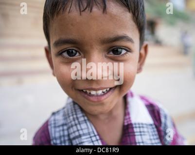 Jungen spielen auf der Straße in Varanasi, Indien - Stockfoto