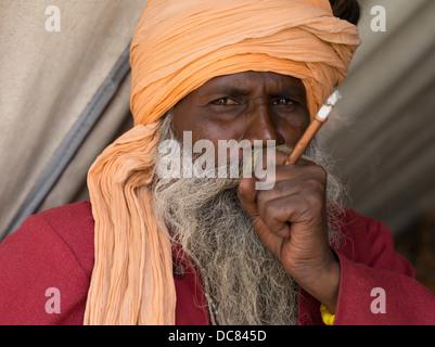 Sadhu heiliger Mann am Ufer des Flusses Ganges - Varanasi, Indien - Stockfoto