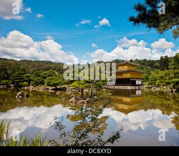 Goldener Pavillon, mit einer Garten-Design aus der Muromachi-Zeit; Kyoto, Japan - Stockfoto