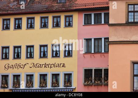 Bunte Gebäude am Marktplatz in Rothenburg; Rothenburg Ob der Tauber, Bavaria, Germany - Stockfoto