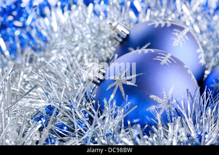 Blau glitter christbaumkugeln auf schnee mit weihnachtsschmuck stockfoto bild 282178912 alamy - Blaue christbaumkugeln ...