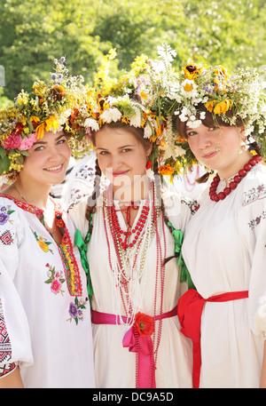 Junge Mädchen in ukrainischen nationalen Trachten, Ivan Kupala Day Celebration, Kiew, Pirogowo, Pyrohiv, Ukraine - Stockfoto
