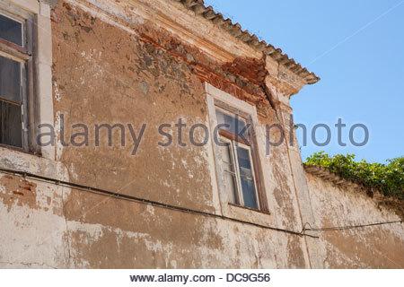Eine alte verfallene Immobilien in Portugal mit einem Riss in der Ecke des Daches - Stockfoto