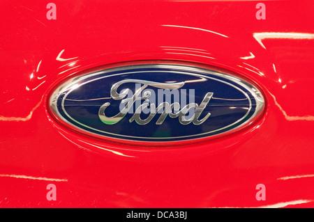 Ford-Logo auf einem Auto - Stockfoto