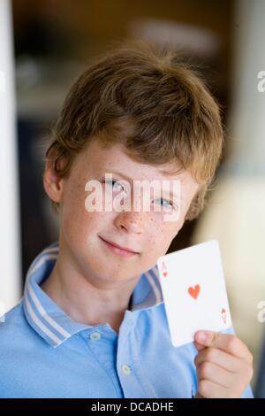 Junge, ein Ass von Herzen - Stockfoto