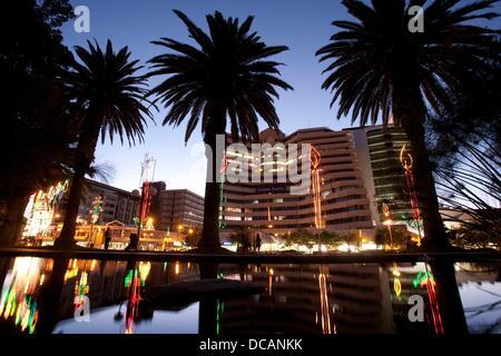 Blick auf die Hauptstraße von Windhoek, Independence Avenue, in der Weihnachtszeit dekoriert mit Lichtern in Namibia, - Stockfoto