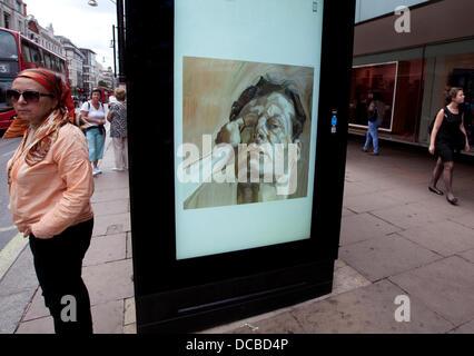 London 14.08.13: Besucher Abschnitt John Lewis Oxford Street kann man eine freie bildende Kunst-dia-Show mit freundlicher Genehmigung von der aktuellen Kunst überall-Projekt. Eine Bushaltestelle vor dem Geschäft hat eine rotierenden dia-Show von Plakaten mit so unterschiedlichen Künstlern wie Tracey Emin und Holbein der jüngere. Bildnachweis: Jeffrey Blackler/Alamy Live-Nachrichten