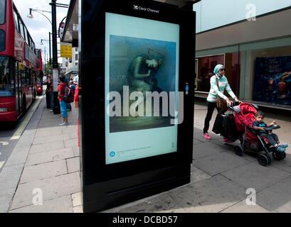 London 14.08.13: Besucher Abschnitt John Lewis Oxford Street kann man eine freie bildende Kunst-dia-Show mit freundlicher - Stockfoto