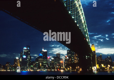 Sydney Harbour Bridge in der Dämmerung mit Sydney Skyline - Stockfoto