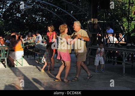 Tanz am Abend Picknick oder Fete im Dorf Loubejac in der Menge Region oder Abteilung Frankreich - Stockfoto