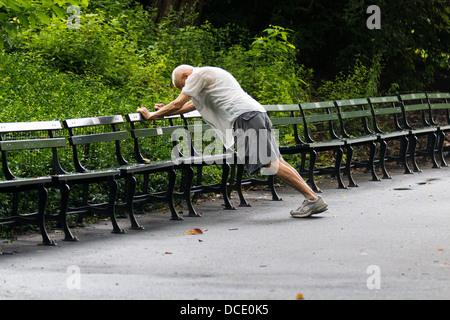 Senior-Mann stretching im Central Park - Stockfoto
