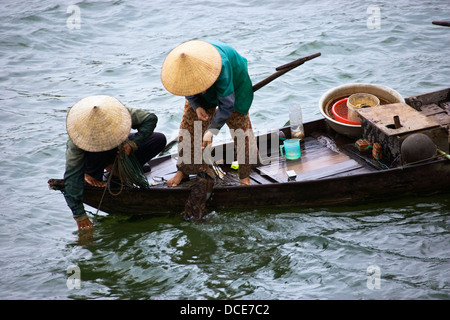 Angeln auf einem kleinen Boot In Vietnam Frauen; Hoi an, Vietnam - Stockfoto