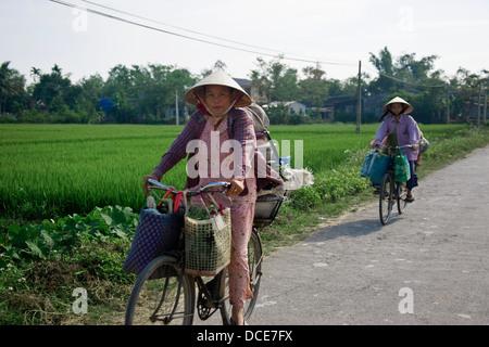 Zwei Frauen auf Fahrrädern - Stockfoto