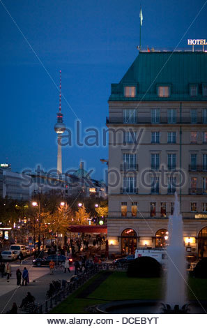 Hotel mit Fernsehturm im Hintergrund, Fernsehturm, Unter Den Linden, Pariser Platz, Hotel Adlon, Berlin, Deutschland - Stockfoto