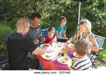 Familie beim Mittagessen im Garten - Stockfoto