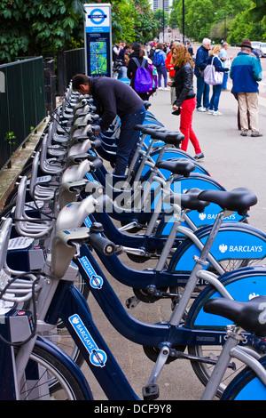 Menschen sammeln Fahrradverleih im Hyde Park, London - Stockfoto