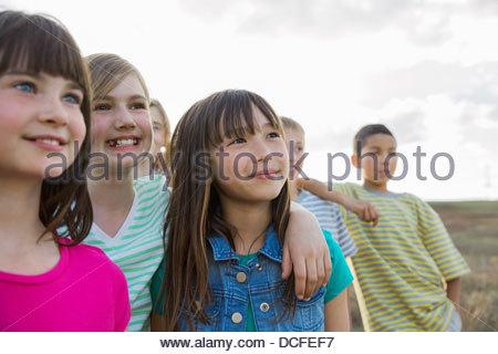 Gruppe von Kindern zusammen im Freien stehen - Stockfoto