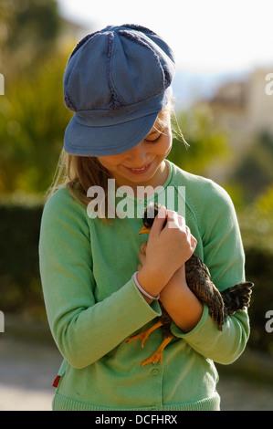 Junges Mädchen Holding Huhn - Stockfoto