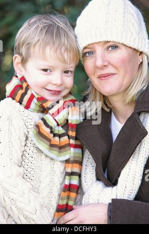 Mutter und Sohn tragen Schals und einer Haube; Portland, Oregon, Usa - Stockfoto