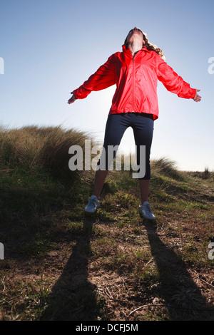 Weibliche Läufer im Feld eine Pause - Stockfoto