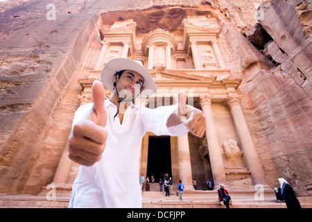 Mann stehend von Al Khazneh In Petra Daumen aufgeben - Stockfoto