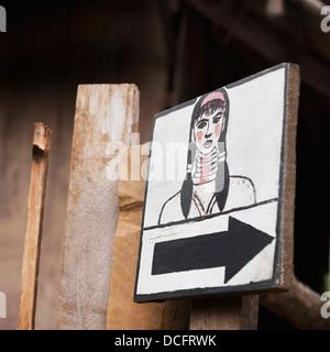 Wegweiser mit Zeichnung der Frau; Huay Pu Keng, Thailand - Stockfoto