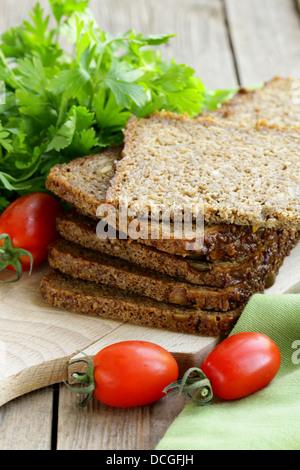Vollkorn-Roggenbrot mit Kleie und Samen, gesundes Essen - Stockfoto
