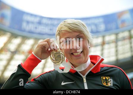 Moskau, Russland. 18. August 2013. Goldmedaillengewinner Christina Obergfoell von Deutschland stellt mit der Medaille - Stockfoto