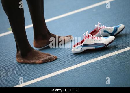Moskau, Russland. 18. August 2013. Usain Bolt aus Jamaika steht neben seinen Schuhen, nachdem die Männer 4x100m - Stockfoto