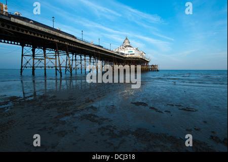 Eastbourne Pier bei Ebbe, in der südlichen Grafschaft East Sussex in England, UK. - Stockfoto