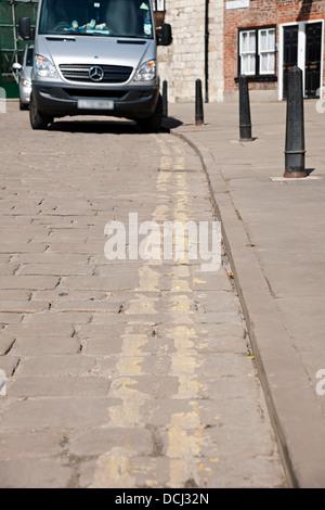 Transporter auf doppelten gelben Linien in der Stadt geparkt Stadtzentrum York North Yorkshire England Vereinigtes - Stockfoto