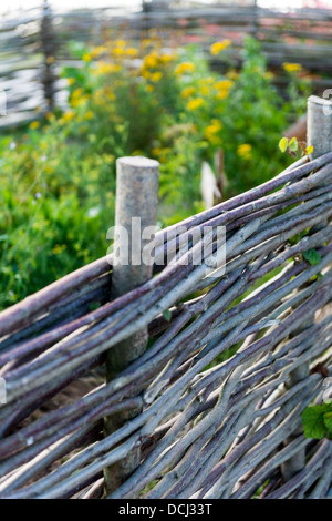 Herbary mit Flechtwerk Zaun - Stockfoto