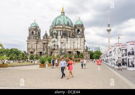 Junge Leute und Touristen genießen Sommer in der Stadt an der Berliner Dom - Berliner Dom - Berlin-Deutschland - Stockfoto