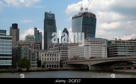 Wolkenkratzer auf die Skyline in der Londoner City mit 122 Leadenhall & 20 Fenchurch Street im Bau mit Kränen 2013 - Stockfoto