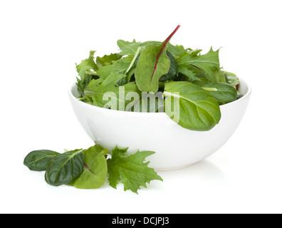 Frischer grüner Salat in eine Schüssel geben. Isoliert auf weißem Hintergrund