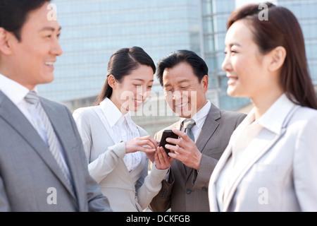 Geschäftsleute mit Handy - Stockfoto