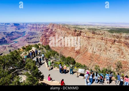 Touristen am Desert View Watchtower übersehen, South Rim, Grand Canyon National Park, Arizona, USA - Stockfoto