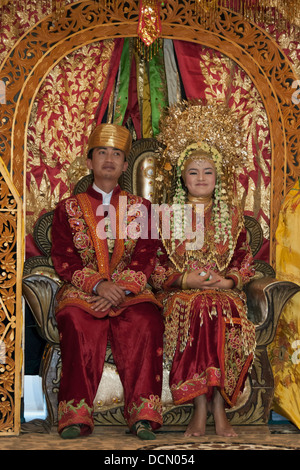 Lächelnde Mingangkabau Braut und Bräutigam, Cupek, West-Sumatra - Stockfoto