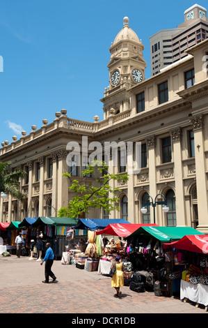 Marktstände neben der Main Post Office building, ehemals das Rathaus im Jahre 1885, Durban, Südafrika - Stockfoto
