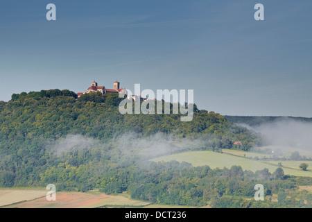 Nebel löscht Weg von rund um den Hügel Dorf von Vezelay im Bereich Yonne von Burgund. - Stockfoto