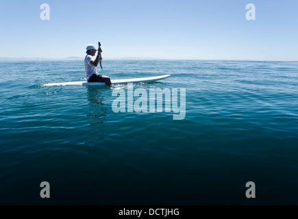 Ein Mann Paddeln auf einem Surfbrett; Tarifa, Cádiz, Andalusien, Spanien - Stockfoto